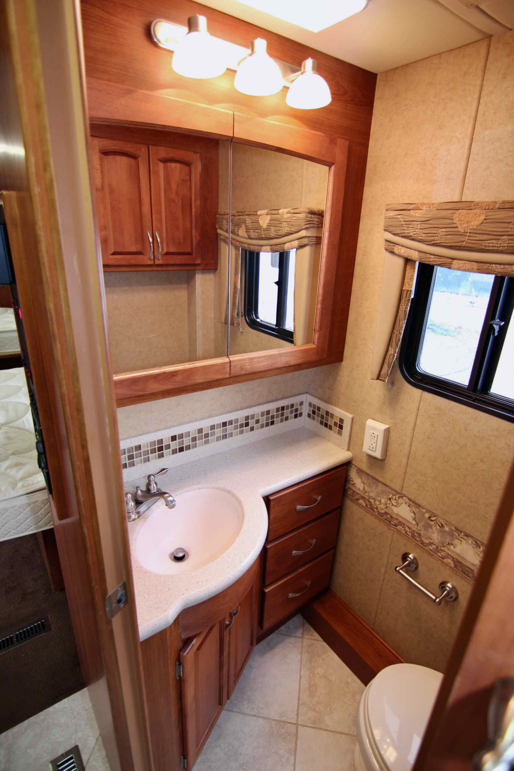 2008 Monaco Knight 38PDQ Class A Diesel, Four Slide-Outs full